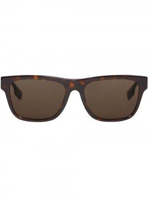 Солнцезащитные очки в квадратной оправе Burberry. Цвет: коричневый