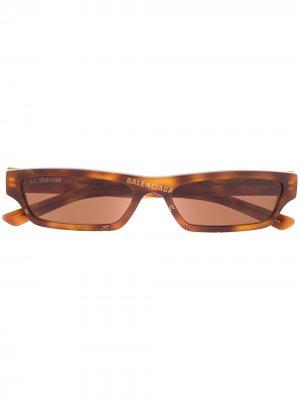 Солнцезащитные очки BB0075S в прямоугольной оправе Balenciaga Eyewear. Цвет: коричневый