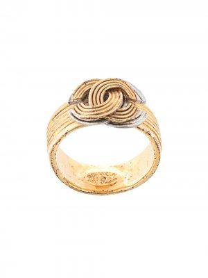 Фактурное кольцо с логотипом CC Chanel Pre-Owned. Цвет: золотистый
