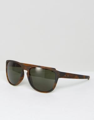 Солнцезащитные очки в черепаховой квадратной оправе Oakley. Цвет: коричневый