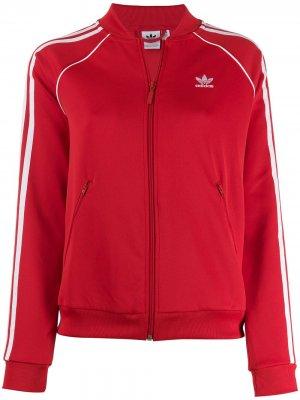 Куртка-бомбер с контрастным логотипом adidas. Цвет: красный