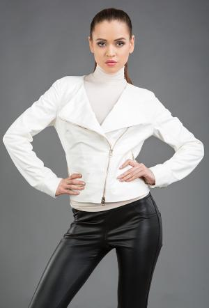 Женская кожаная куртка-косуха белого цвета AFG. Цвет: белый