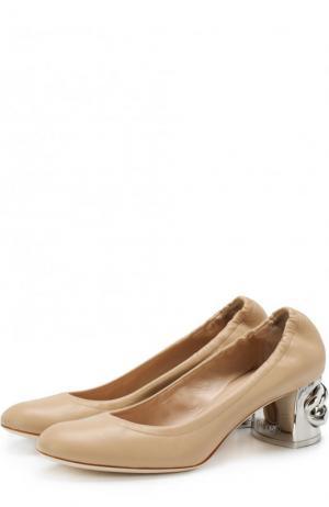 Кожаные туфли на устойчивом каблуке с декором Casadei. Цвет: бежевый