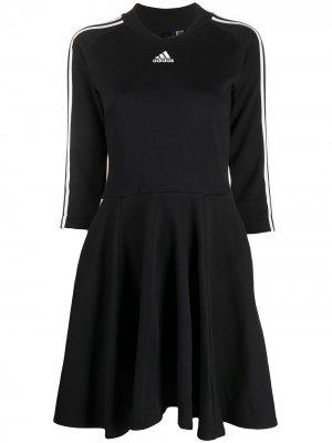 Расклешенное трикотажное платье adidas. Цвет: черный