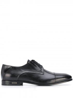 Глянцевые туфли дерби с заостренным носком Baldinini. Цвет: черный