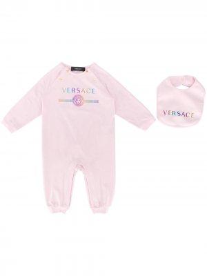 Комплект из комбинезона и шапки с логотипом Young Versace. Цвет: розовый