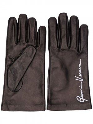 Перчатки с вышитым логотипом Versace. Цвет: черный