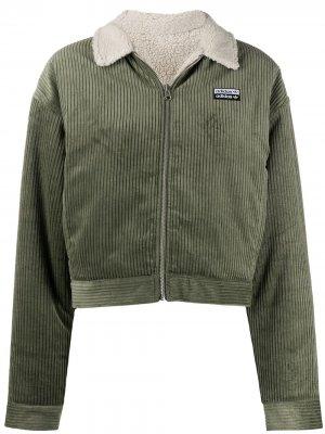Вельветовый приталенный пиджак adidas. Цвет: зеленый
