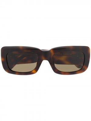 Солнцезащитные очки из коллаборации с Attico Linda Farrow. Цвет: коричневый