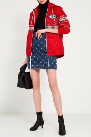 Красная ветровка из перфорированной ткани Gucci. Цвет: красный