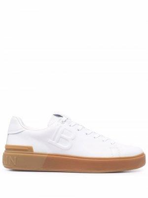 Кроссовки с тисненым логотипом Balmain. Цвет: белый