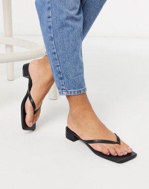 Черные босоножки на низком каблуке с перемычкой -Черный Monki