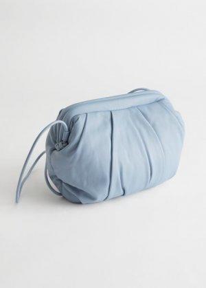 Кожаный клатч со сборками &Other Stories. Цвет: синий
