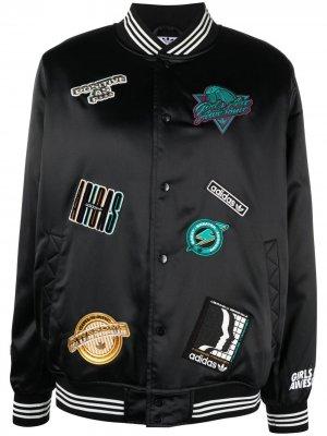 Куртка-бомбер с нашивками adidas. Цвет: черный
