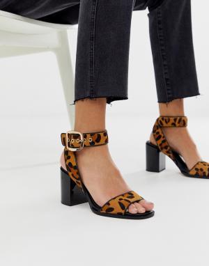 Босоножки на блочном каблуке с леопардовым принтом -Коричневый River Island
