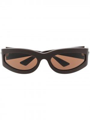 Затемненные солнцезащитные очки в овальной оправе Bottega Veneta Eyewear. Цвет: коричневый