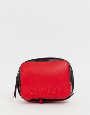 Маленькая сумка через плечо Calvin Klein. Цвет: красный