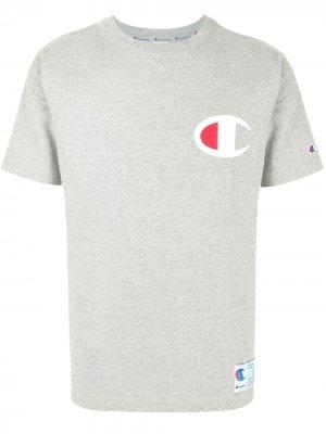 Футболка с нашивкой-логотипом Champion. Цвет: серый