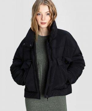Короткая куртка с большими карманами O`Stin. Цвет: черный