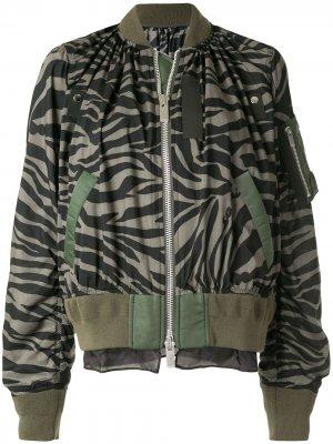 Куртка-бомбер с зебровым принтом Sacai. Цвет: зеленый