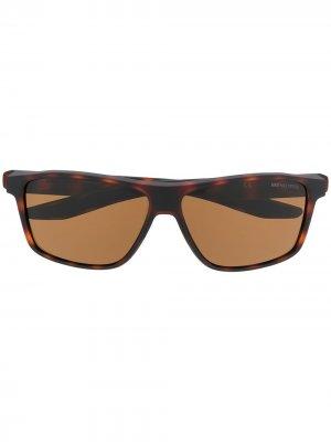 Солнцезащитные очки Premier трапециевидной формы Nike. Цвет: коричневый
