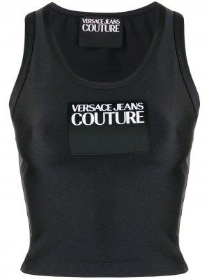 Укороченный топ без рукавов с нашивкой-логотипом Versace Jeans Couture. Цвет: черный